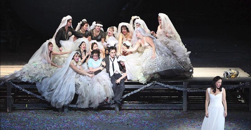 L'elisir d'amore Giuseppe Filianoti (Nemorino), Tara Erraught (Giannetta), Nino Machaidze (Adina), Damenchor der Bayerischen Staatsoper