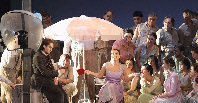 L'elisir d'amore Giuseppe Filianoti (Nemorino), Nino Machaidze (Adina), Chor der Bayerischen Staatsoper