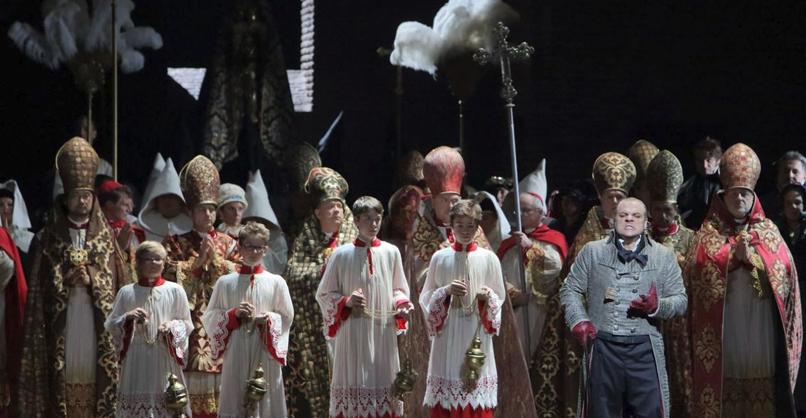 Tosca Željko Lučić (Baron Scarpia), Chor und Kinderstatisterie der Bayerischen Staatsoper